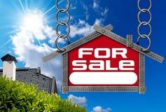 Huis voor Verkoopteken - Metaalmeter Royalty-vrije Stock Afbeeldingen