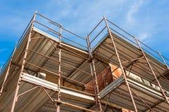 Huis voor vernieuwing met de steiger voor metselaars Stock Afbeelding