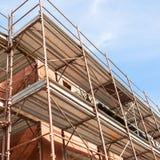 Huis voor vernieuwing met de steiger voor metselaars Stock Foto's