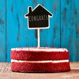 Huis-vormig bord met de tekst congrats in een cake, met a Royalty-vrije Stock Foto's
