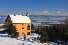 Huis in Winters landschap royalty-vrije stock foto's
