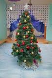Huis, witte herten, gordijn Het concept van de de wintervakantie, verfraaide Kerstboom in het binnenland Het licht van de kerstbo stock fotografie