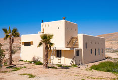 Huis in woestijn stock foto's