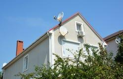 Huis zolderbouw met jaloezie, rolling shutter voor huisbescherming stock afbeelding
