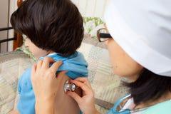 Huisarts met een stethoscoop stock afbeeldingen