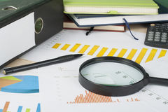 Huisbesparingen, begrotingsconcept Grafiek, blocnote, pen, calculator en muntstukken op houten bureaulijst Stock Afbeelding