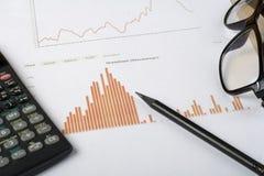 Huisbesparingen, begrotingsconcept Grafiek, pen, calculator en glazen op houten bureaulijst Royalty-vrije Stock Afbeelding