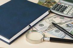 Huisbesparingen, begrotingsconcept Modelhuis, blocnote, pen, calculator en muntstukken op houten bureaulijst Royalty-vrije Stock Afbeeldingen