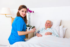 Huisbewaarder die bloeddruk meten royalty-vrije stock afbeelding