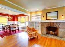 Huisbinnenland. Geel woonkamer en contrast rood het dineren gebied Royalty-vrije Stock Afbeeldingen