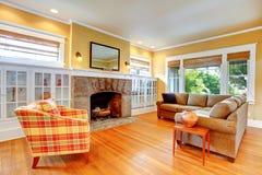 Huisbinnenland. Gele woonkamer met open haard Stock Afbeelding