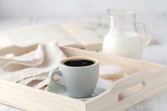 Huisbinnenland met de Boeken van de Koffiekop op lijst houten dienblad Stock Foto's