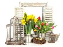 Huisbinnenland met de lentebloemen, paaseieren stock afbeeldingen
