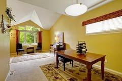 Huisbinnenland met heldere gele muren en gewelfd plafond Stock Fotografie