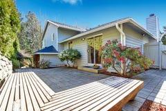 Huisbinnenplaats met houten dek Stock Foto