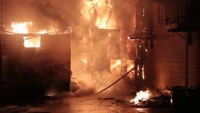 Huisbrand met intense vlam stock videobeelden