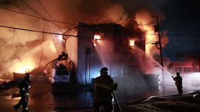 Huisbrand met intense vlam stock footage