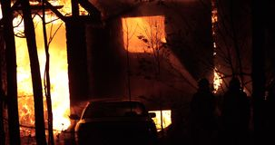 Huisbrand met intense vlam Volledig overspoelde huisbrand stock video