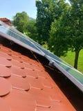 Huisdak met zonnepanelen op bovenkant Royalty-vrije Stock Afbeeldingen