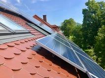 Huisdak met zonnepanelen op bovenkant Royalty-vrije Stock Afbeelding
