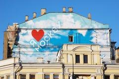 Huisdak, schoorstenen, liefde Moskou, rood hart, wolken royalty-vrije stock foto
