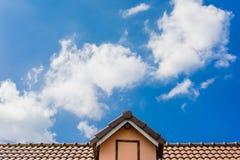 Huisdak tegen blauwe hemel Stock Foto