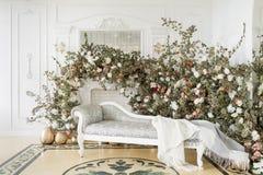 Huisdecor in de stijl van daling De herfstochtend Klassieke flats met een witte open haard royalty-vrije stock afbeelding
