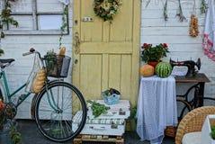 Huisdecoratie in de werf dichtbij de muur met een deur royalty-vrije stock fotografie