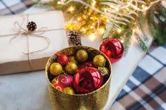 Huisdecoratie voor Kerstmis en Nieuwjaar De samenstelling van Kerstmis Uitstekende stijl Stock Foto