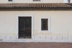 Huisdeur en venster op de straat wordt gesloten die stock foto's