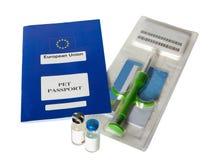 Huisdierenpaspoort met microchip en vaccins op witte achtergrond Stock Fotografie