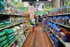 Huisdierenproducten in een huisdierensupermarkt Royalty-vrije Stock Foto's