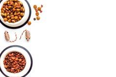Huisdierentoebehoren in huis Het kattenvoedsel in kom, muisspeelgoed op witte hoogste mening als achtergrond kopieert ruimte stock afbeeldingen