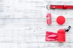 Huisdierenzorg en rode het verzorgen hulpmiddelen met kraag op witte houten achtergrond hoogste meningsruimte voor tekst stock foto's