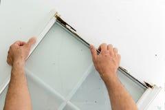 Huiseigenaar die een beschadigd raamkozijn vervangen royalty-vrije stock foto
