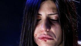Huiselijk geweldvrouw door echtgenoot wordt geslagen die stock footage