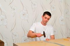 Huiselijke man het assembleren meubilair. Stock Foto's