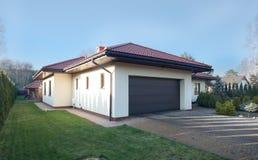 duur huis met garage stock foto afbeelding bestaande uit gebouwd 3397824. Black Bedroom Furniture Sets. Home Design Ideas