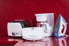 Huishoudapparaten op moderne keuken rode achtergrond Royalty-vrije Stock Afbeelding