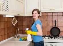 Huishoudelijk werk en huishoudenconcept Jonge vrouw met schoonmakend SP royalty-vrije stock foto's