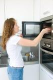 Huishoudelijk werk van vrouw Stock Foto's