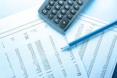 Huishoudelijke begroting, calculator en potlood stock afbeeldingen