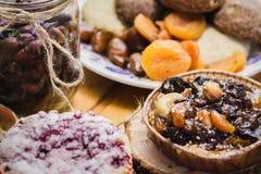 Huishoudenkoekjes met kersen, noten en droge vruchten Royalty-vrije Stock Foto