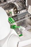 Huishoudenrobot met afwasmachine stock foto