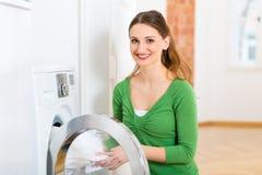 Huishoudster met wasmachine Stock Afbeeldingen