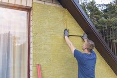Huisisolatie - de isolerende huisvoorgevel met minerale rots streeft na royalty-vrije stock afbeelding