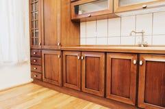 Huiskeuken met houten kabinetten stock foto's