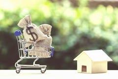 Huislening, hypotheken, schuld, besparingengeld voor huis die concep kopen royalty-vrije stock fotografie