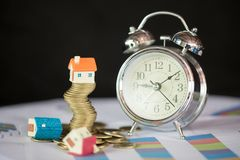Huismodel bovenop stapel van geld als groei van hypothecair krediet, Concept bezitsbeheer Invesment en Risicobeheer stock fotografie