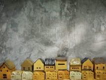 Huismodel Ceramisch beeldhouwwerk op de achtergrond van de cementmuur Stock Foto's